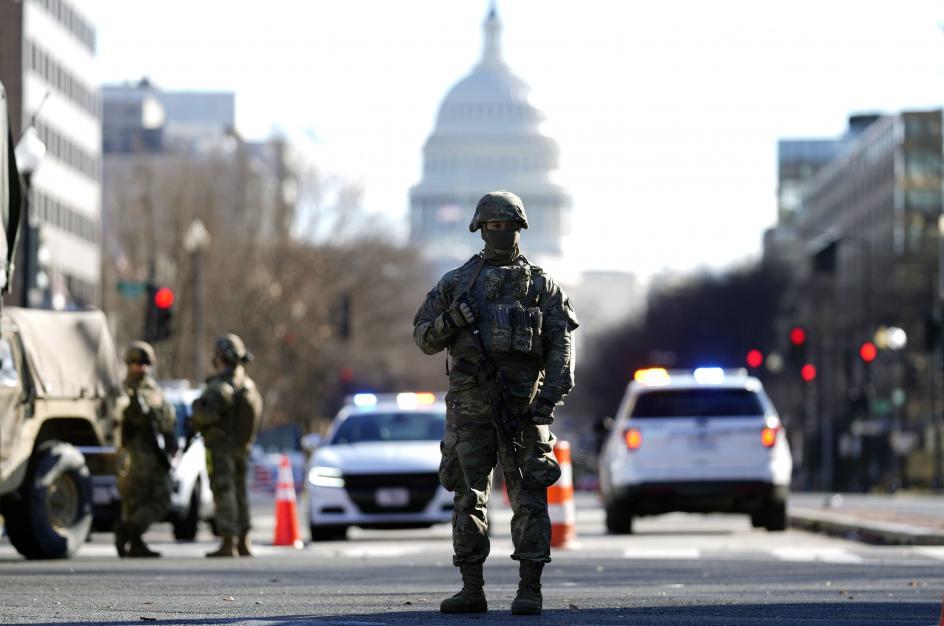 Un soldado controla una de las avenidas de la capital estadounidense ante la amenaza de protestas violentas por la investidura de Joe Biden.