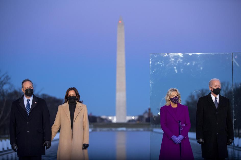 Joe Biden y Kamala Harris, junto a sus parejas, asisten en el Lincoln Memorial de Washington, al homenaje oficial por las víctimas de coronavirus en Estados Unidos.
