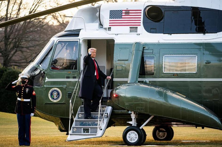 Donald Trump se despide de sus seguidores antes de tomar rumbo a Joint Base Andrews.