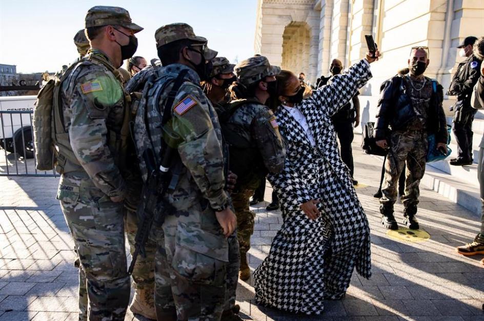La cantante y actriz Jennifer Lopez fotografiándose con varios miembros de la guardia nacional a su llegada para los ensayos de la toma de investidura del demócrata Joe Biden.