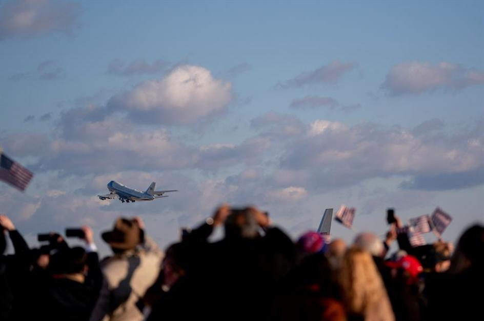 Varios seguidores despiden a Donald Trump, que a bordo de un último vuelo en el Air  Force One, se dirige al estado de Florida.