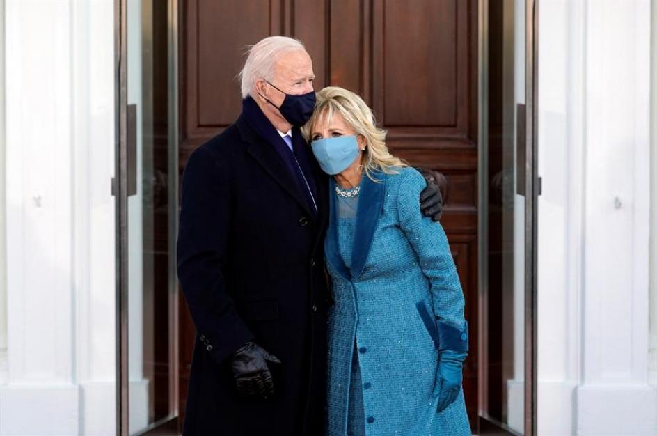 El presidente de EE UU, Joe Biden, y su esposa, Jill Biden, se abrazan al llegar a la Casa Blanca tras la ceremonia de investidura.