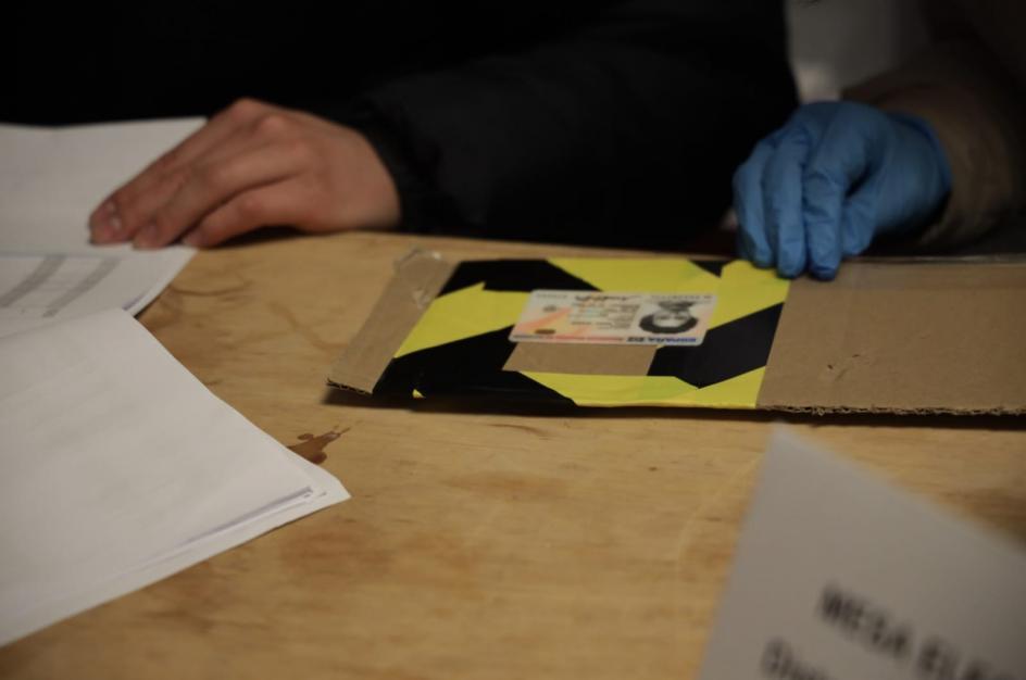 A esta mesa electoral no llegaron las bandejas para los DNI, y tuvieron que improvisar una con cartón.