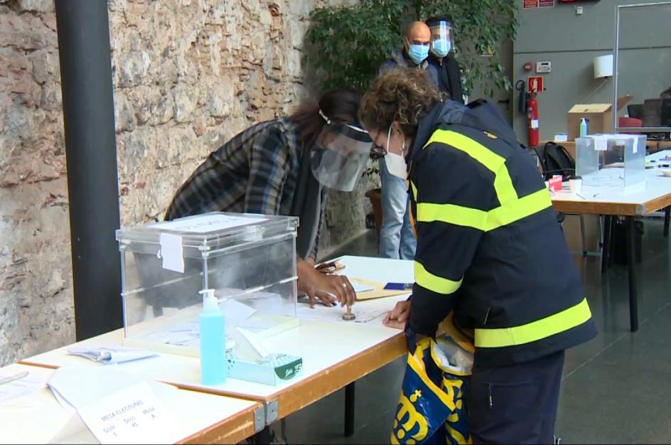 El voto por correo se reparte por las mesas electorales en Cataluña