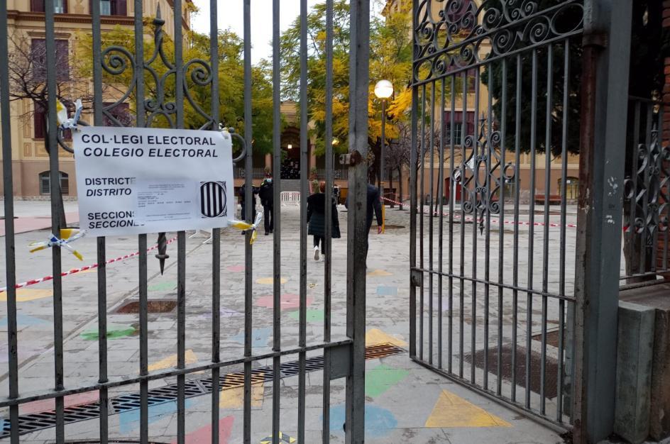Aspecto que presentaba el Colegio Ramon Llull de Barcelona a primera hora de la tarde.