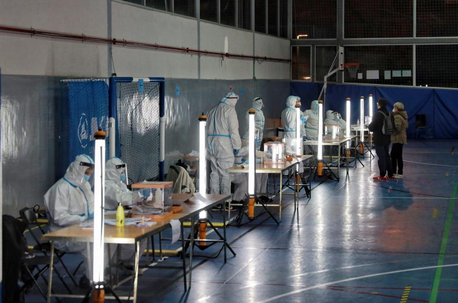 Votantes positivos Covid ejercen su derecho al voto en un colegio de Barcelona.
