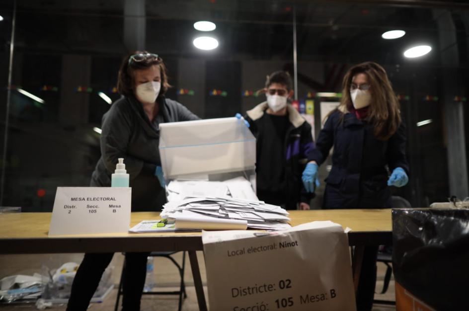 Miembros de las mesas electorales cuentan los votos tras finalizar la votación en un colegio electoral de Barcelona.