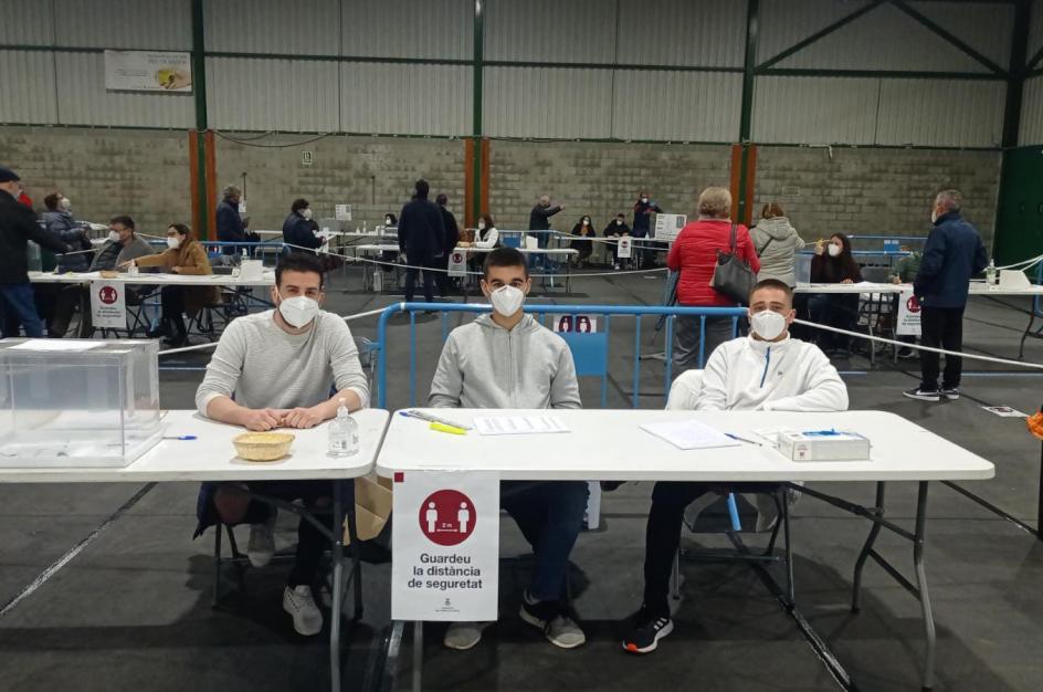 Estos tres jóvenes que forman una mesa en la escuela Josep Pla de Sant Andreu de la Barca (Barcelona) aseguran no tener miedo y confiar en las medidas de seguridad contra el virus.