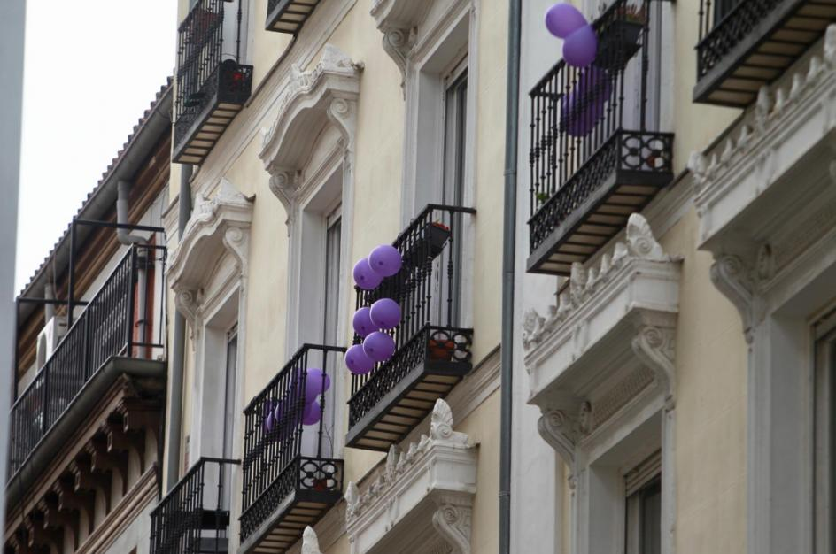 Unos globos violetas decoran varios balcones durante el 8-M, en Madrid.