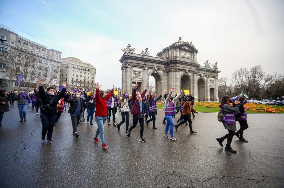 Varias manifestantes marchan por Madrid por el Día Internacional de la Mujer.