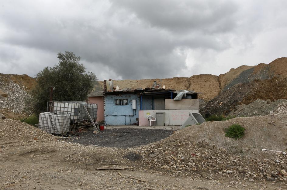 Los solares en los que aún hay viviendas, van quedando en minoría frente a aquellos en los que han sido reducidas a escombros.