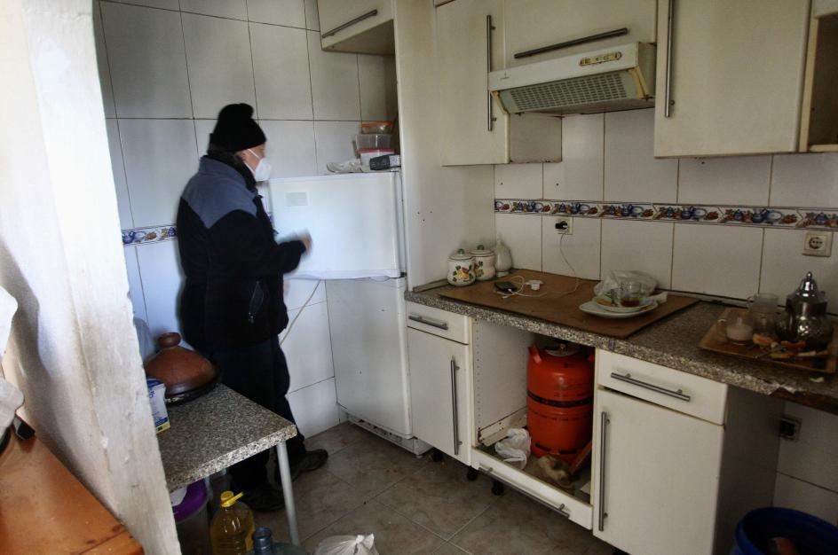 """La falta de electricidad obliga a enganchar los frigoríficos a bombonas de butano. """"Una ruina"""" para las familias."""