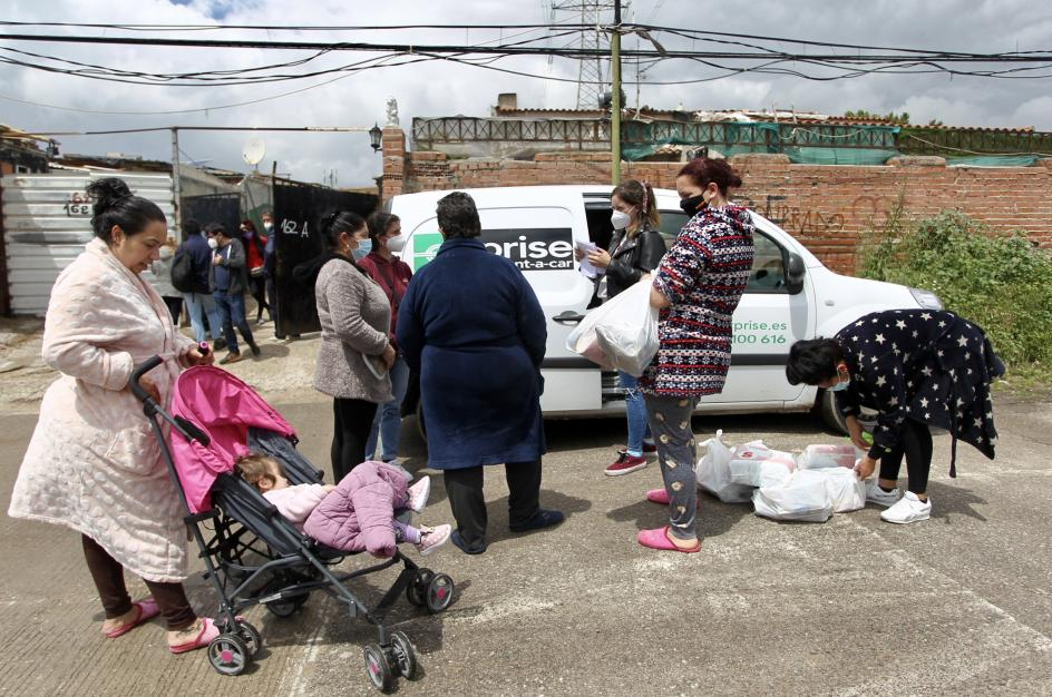 Las familias reciben ayuda social de la Fundación Madrina una vez a la semana, especialmente madres con niños.