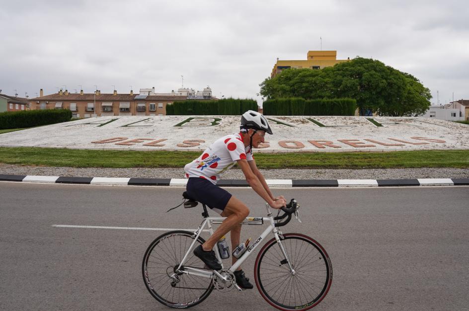 Un ciclista circula por las calles de Albalat.