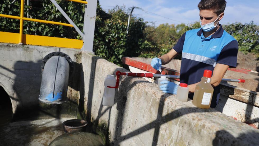 Un trabajador recogiendo muestras para Vigía, el mayor sistema de rastreo de trazas de SARS-CoV-2 en aguas residuales de España.