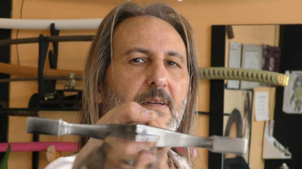 Vídeo: Vídeo: Alberto Olmedo corta el pelo con espadas y fuego