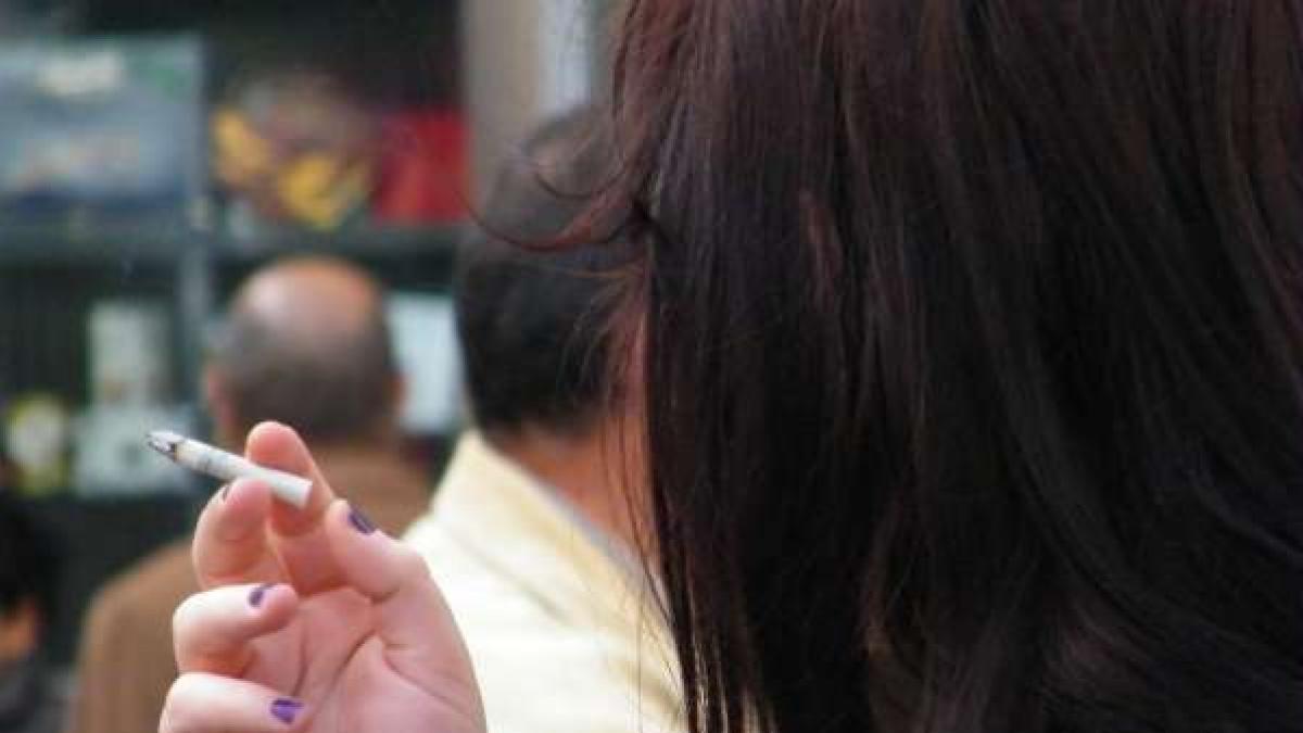 """Galicia estudia prohibir fumar en la calle y en las terrazas porque el humo del tabaco es """"factor de difusión"""" del Covid"""