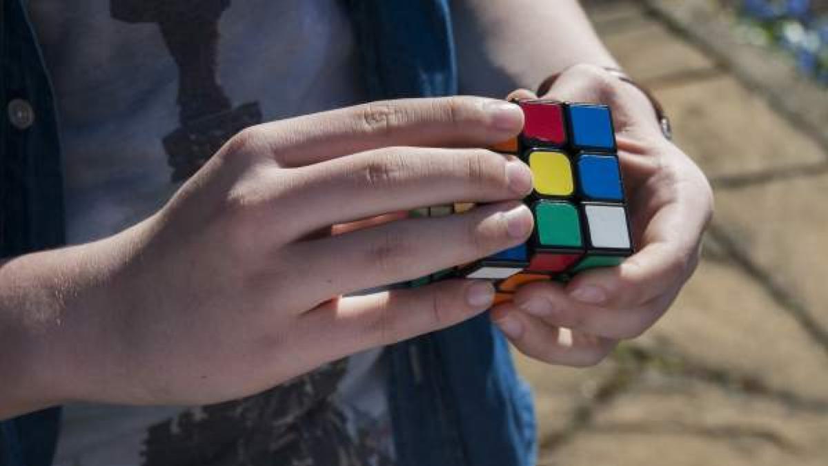 Gemelos con Rubik/'s cubo reproducción