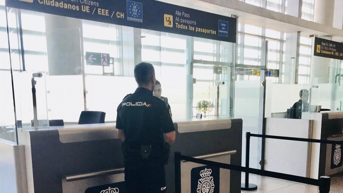 alt - https://imagenes.20minutos.es/files/og_thumbnail/uploads/imagenes/2019/10/25/agente-de-la-policia-nacional-en-control-de-aeropuerto-de-malaga.jpeg