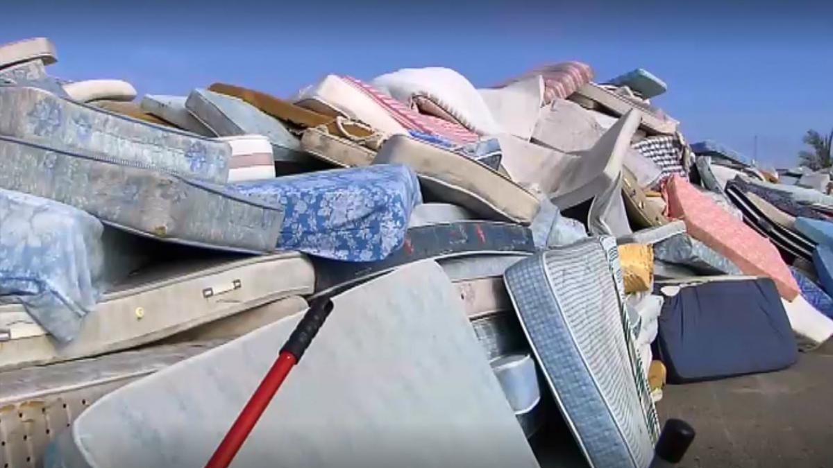 De Torrevieja a Santa Pola: el misterio de los colchones abandonados continúa y amenaza las arcas municipales