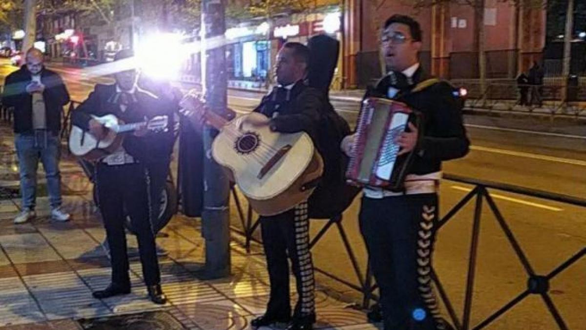 Forocoches envía un grupo de mariachis a la sede de Ciudadanos