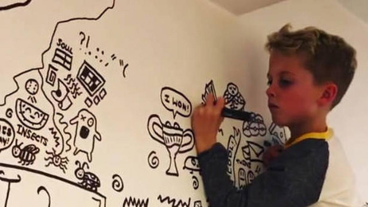 Le riñen por dibujar en clase y un bar le contrata para decorar sus paredes