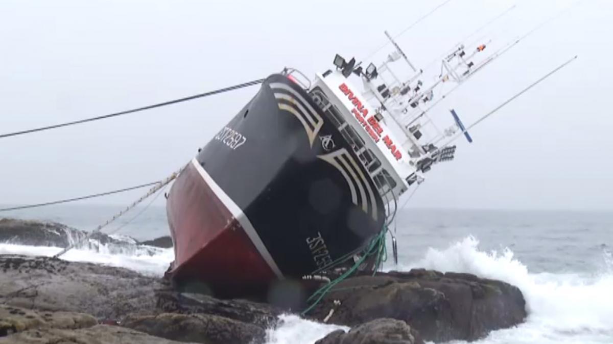 Muere un marinero al chocar el pesquero en el que viajaba con las rocas tras fallar el motor