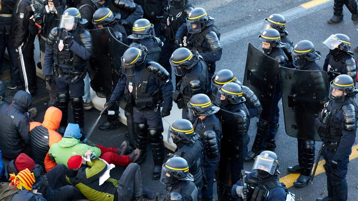 El desalojo de La Jonquera se salda con 19 independentistas detenidos