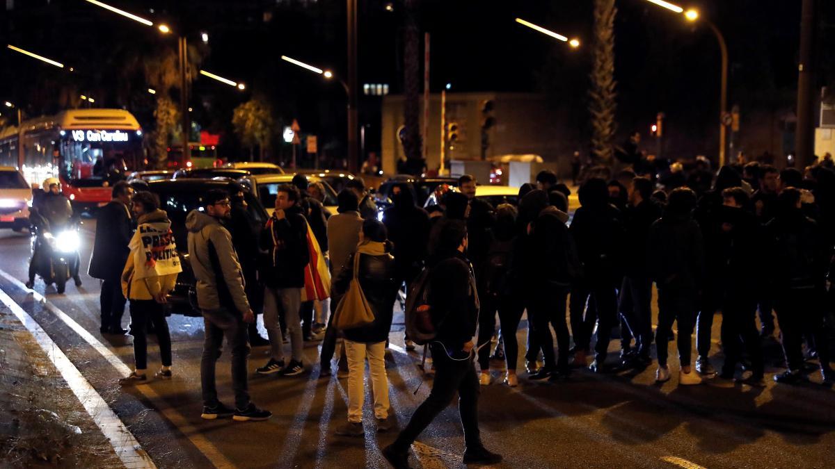Los antidisturbios franceses comienzan a desalojar a los manifestantes que bloquean el paso de La Jonquera