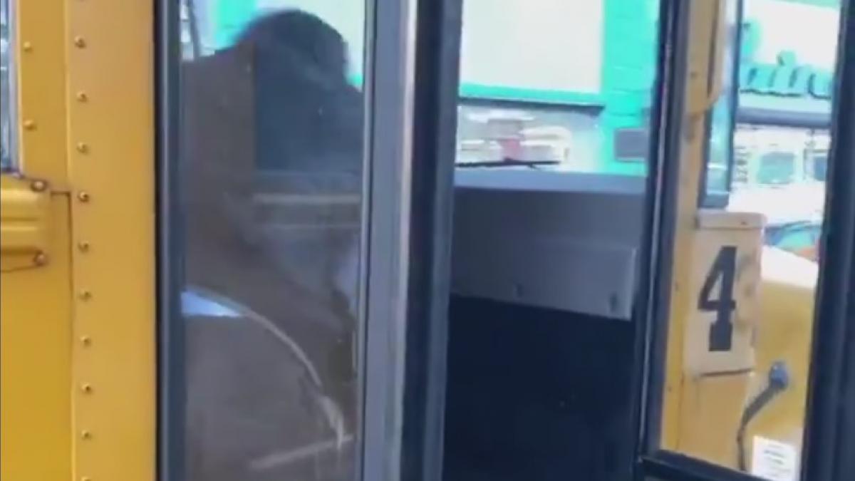 La violenta expulsión de un niño de un autobús escolar con final inesperado