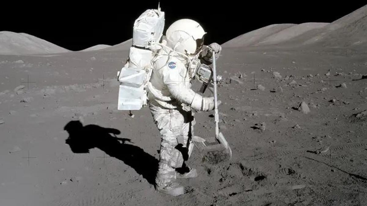 alt - https://imagenes.20minutos.es/files/og_thumbnail/uploads/imagenes/2019/11/15/astronauta-de-las-misiones-apolo.jpeg
