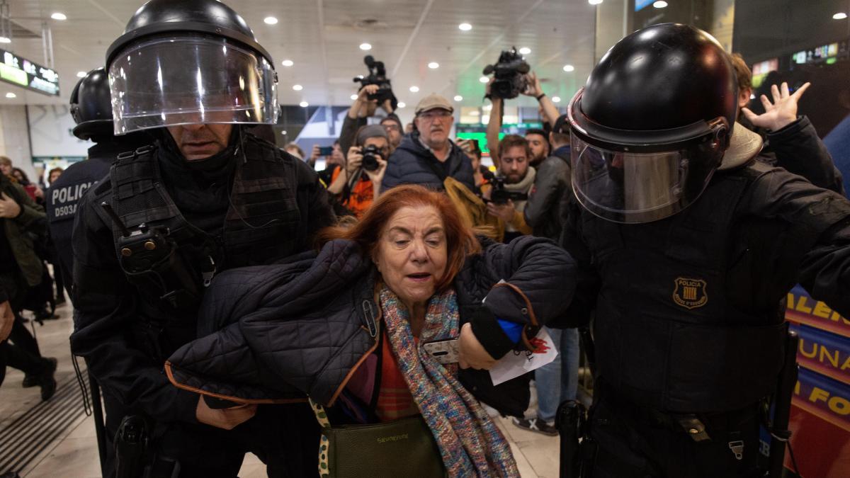 Los mossos desalojan a un centenar de independentistas que protestaban en Sants
