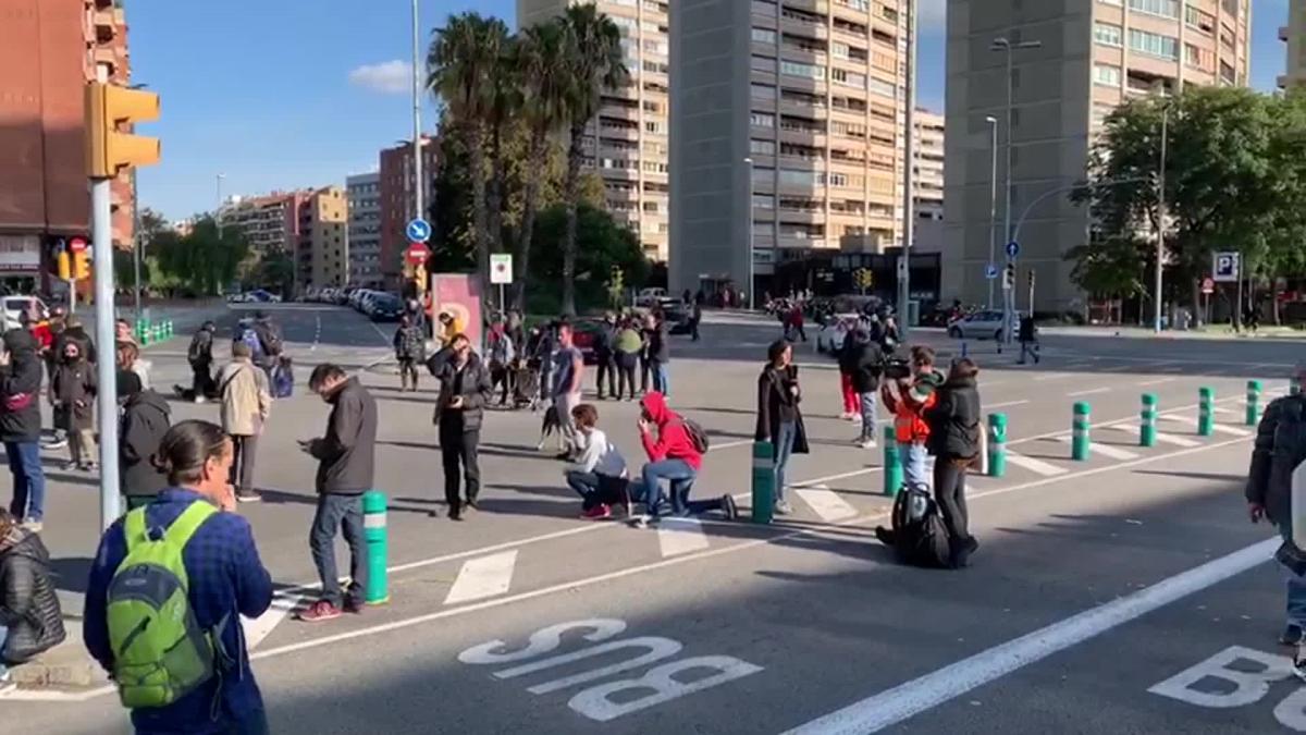 Desalojan a 60 personas que cortaban el tráfico junto a Sants