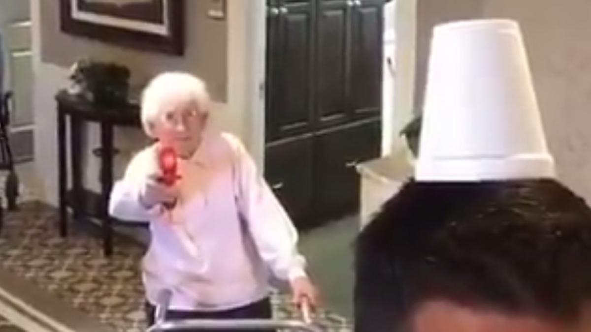 """Esta abuela te """"alegrará el día"""" como Clint Eastwood"""