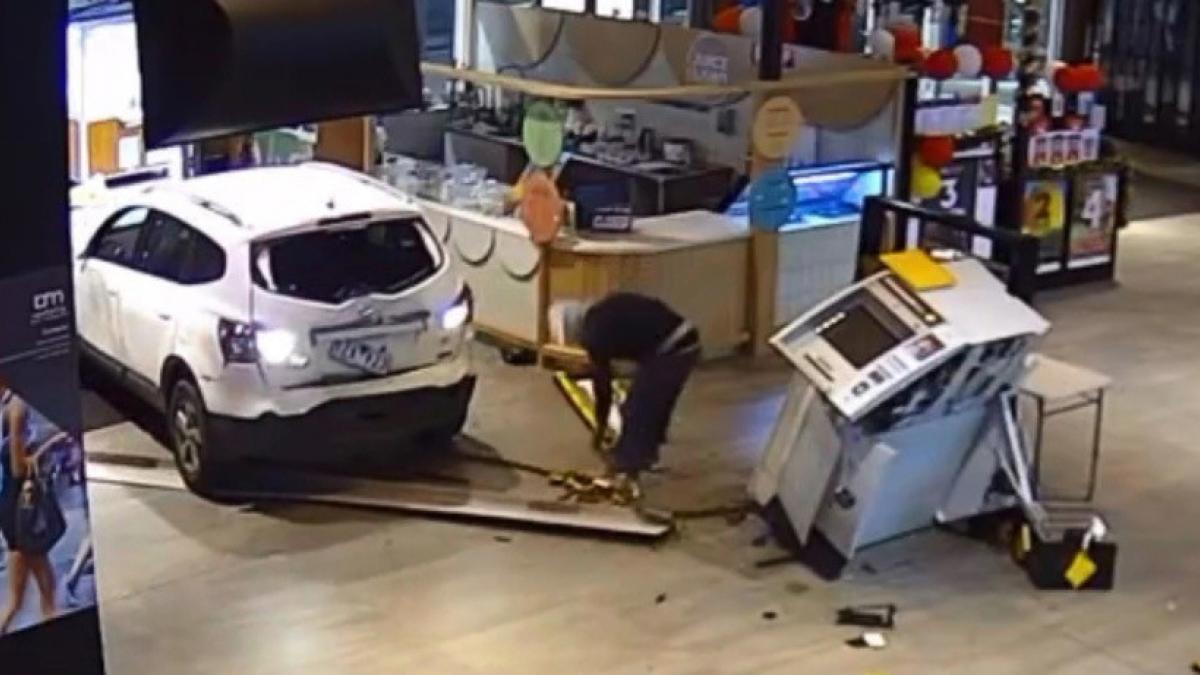Un coche contra un cajero automático, ¿cuál ganará la batalla?