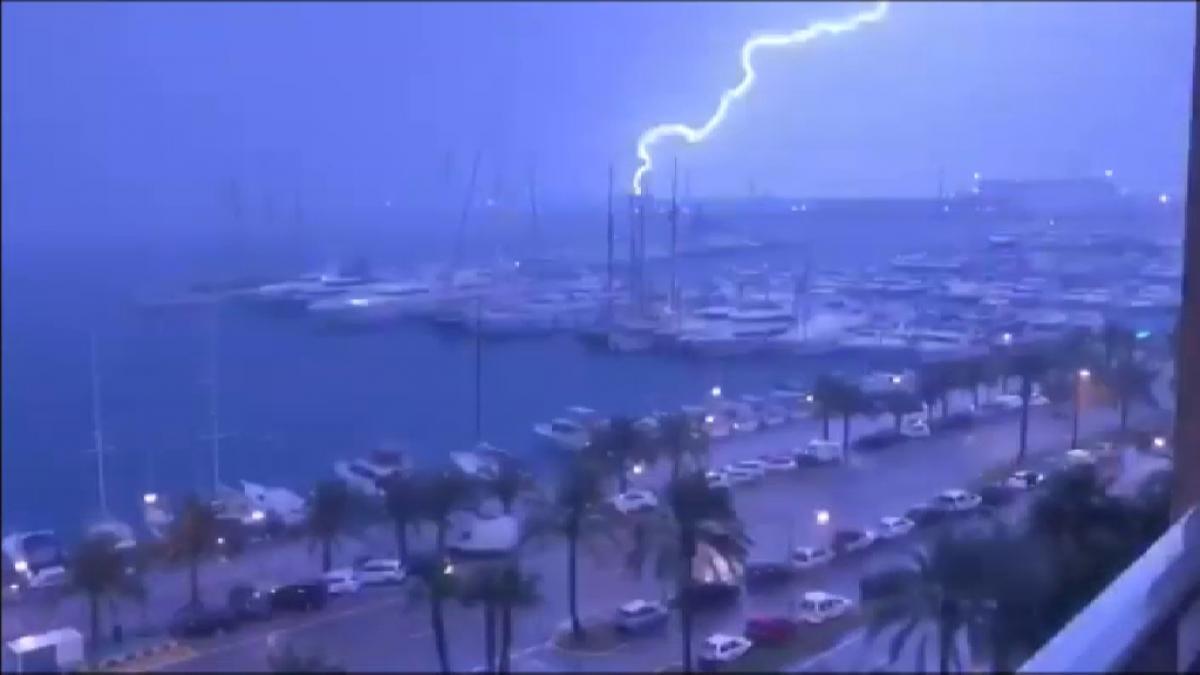 Imágenes de ciencia ficción en los cielos de Mallorca por una tormenta eléctrica