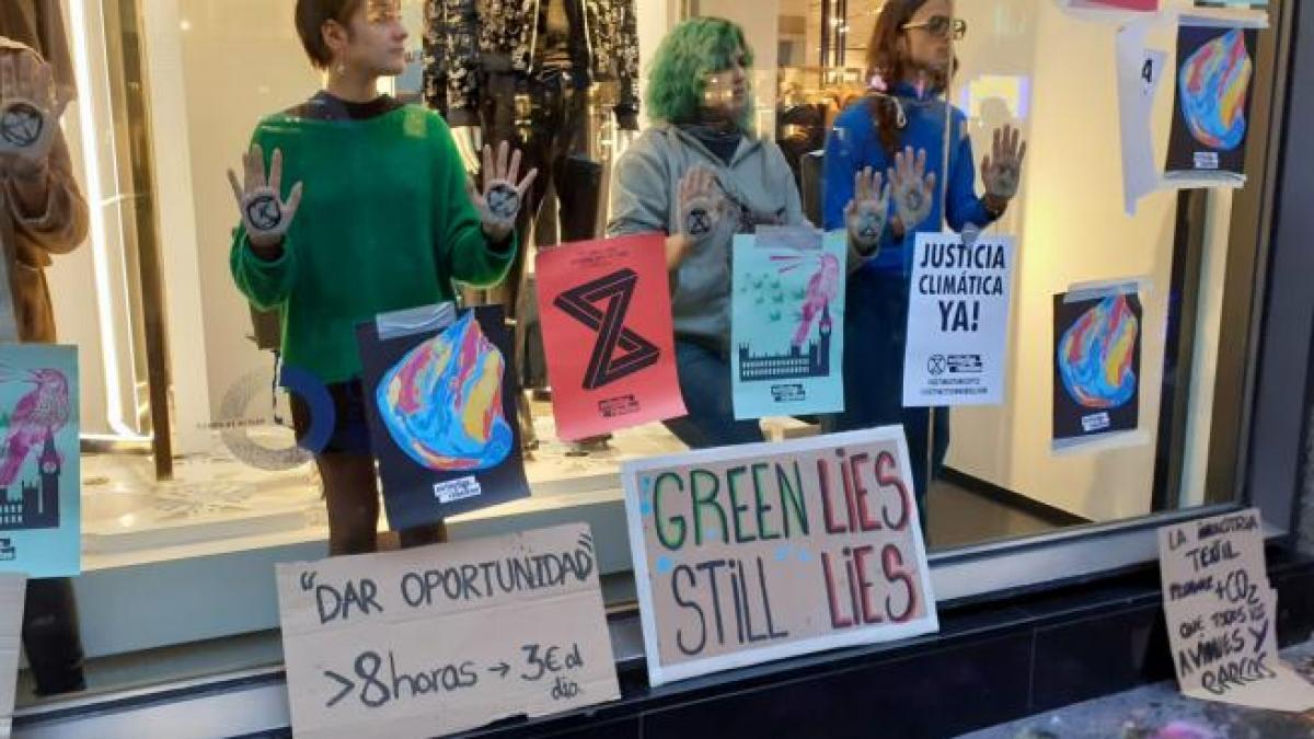 La Policía desaloja a 30 activistas de Extinction Rebellion que ocupaban la tienda de Zara de Gran Vía