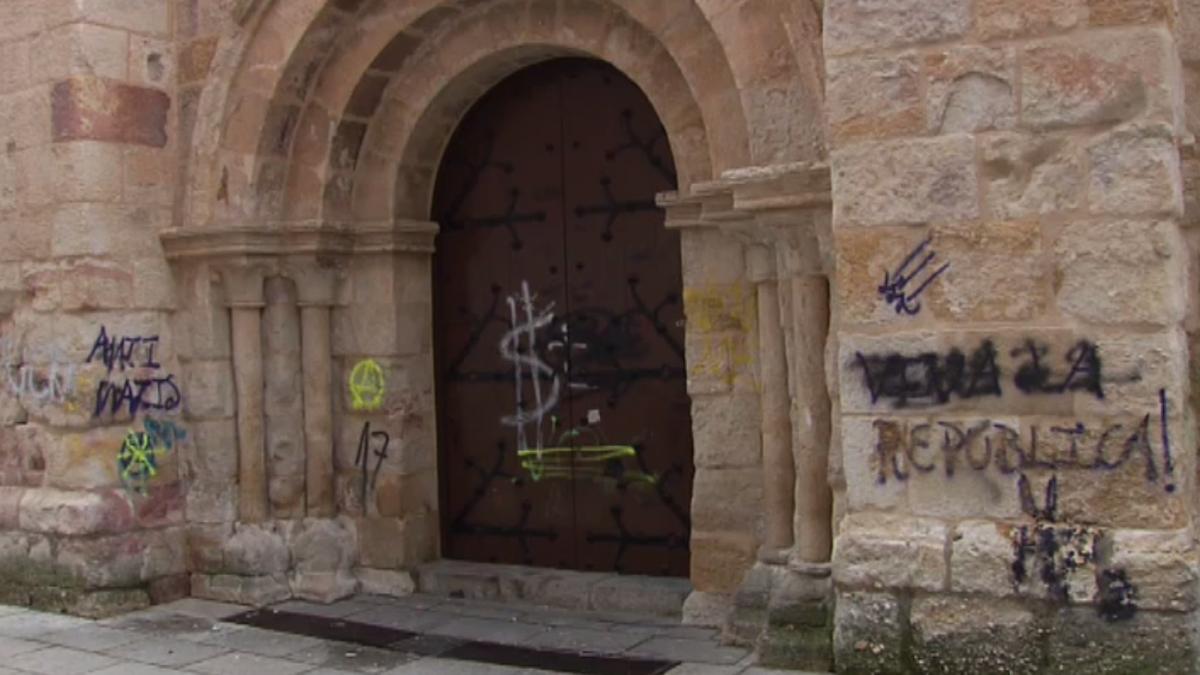 Pintadas vandálicas destrozan la muralla medieval y la fachada de la Iglesia de San Esteban, en Zamora
