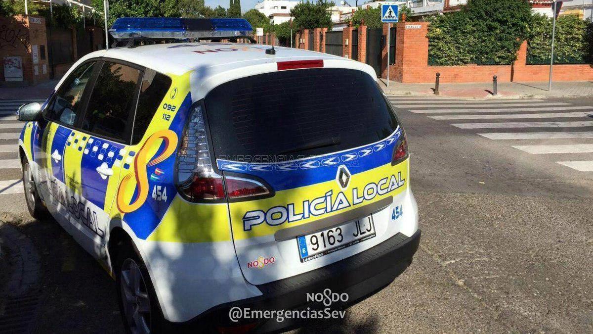 alt - https://imagenes.20minutos.es/files/og_thumbnail/uploads/imagenes/2020/01/10/un-coche-de-la-policia-local-de-sevilla-en-una-imagen-de-archivo.jpeg