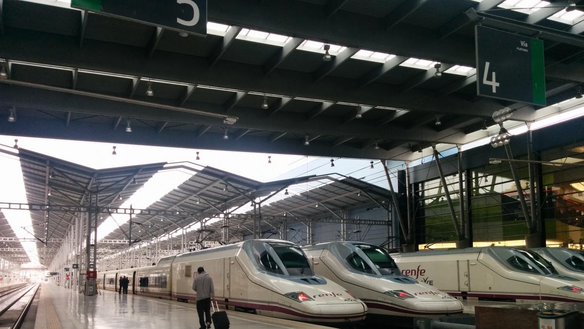 alt - https://imagenes.20minutos.es/files/og_thumbnail/uploads/imagenes/2020/01/20/estacion-de-tren-malaga-maria-zambrano-con-trenes-ave.jpeg