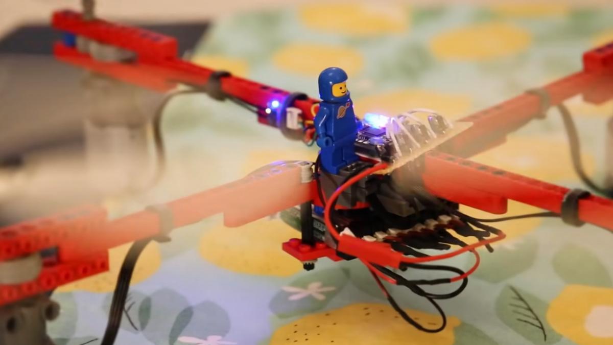 Crean el primer dron hecho casi completamente con piezas Lego