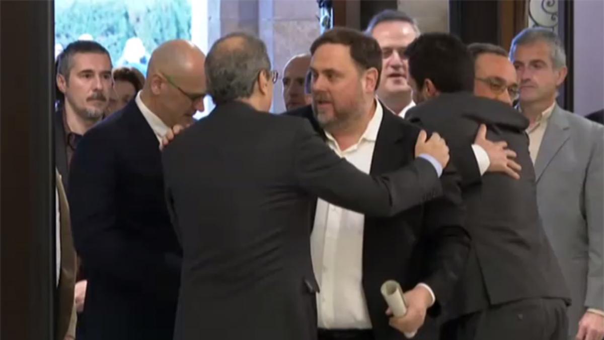 Los presos del procés, aclamados a su llegada al Parlament
