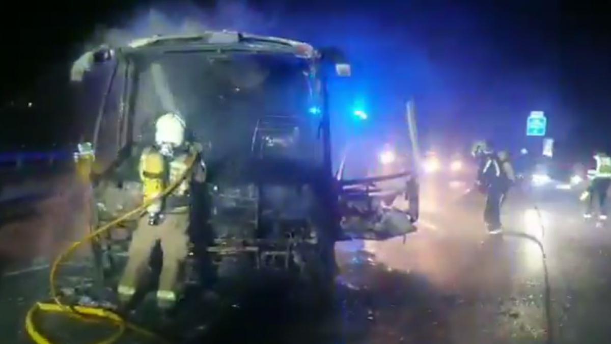 Arde un autobús de pasajeros en la A-49 a la altura de Huelva y provoca cortes y retenciones de tráf ...