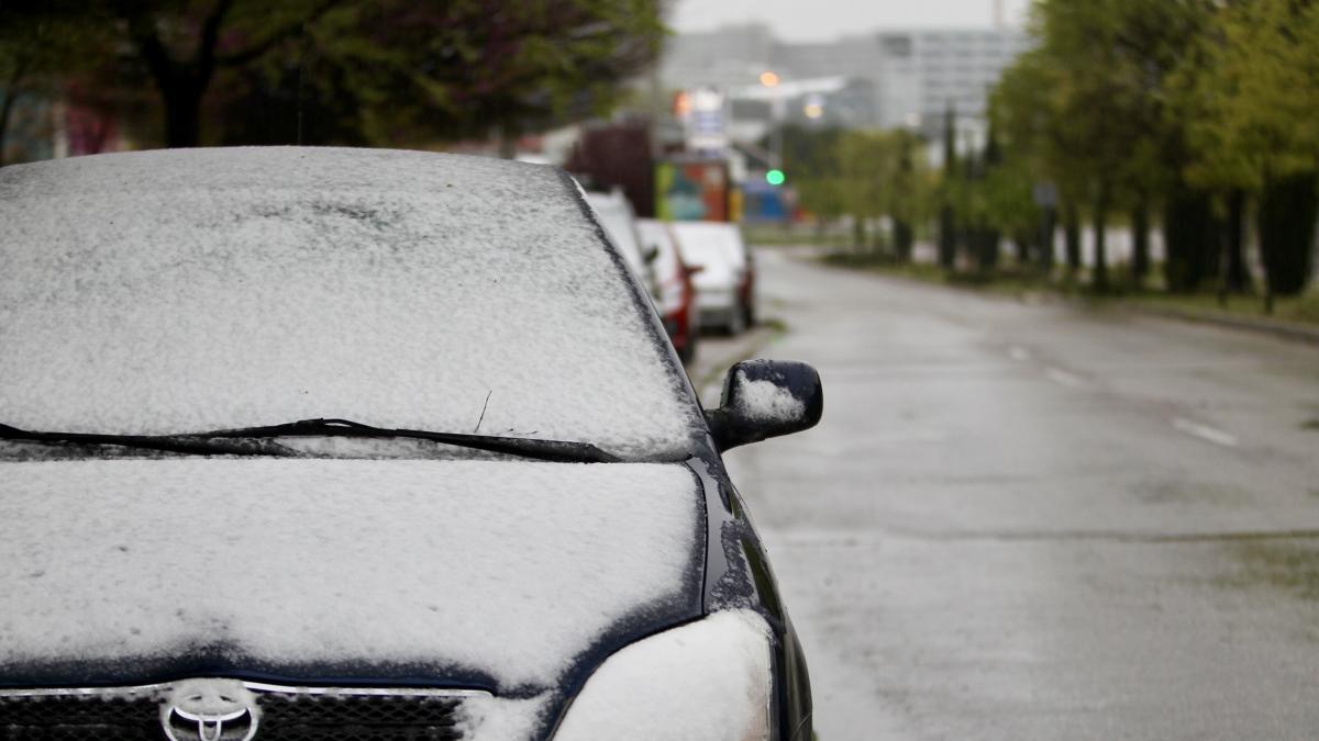 Madrid se despierta con una ligera capa de nieve