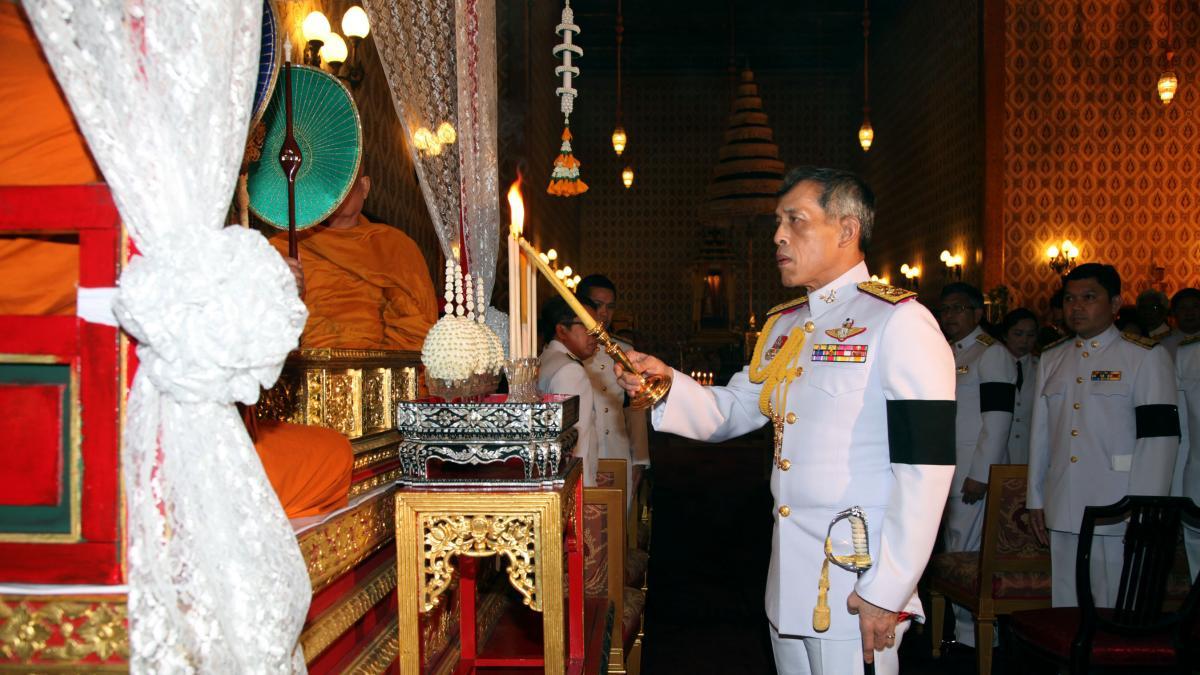 Drogadas para ser ofrendas de placer: así es la terrible vida de las 20 concubinas del harén del rey de Tailandia