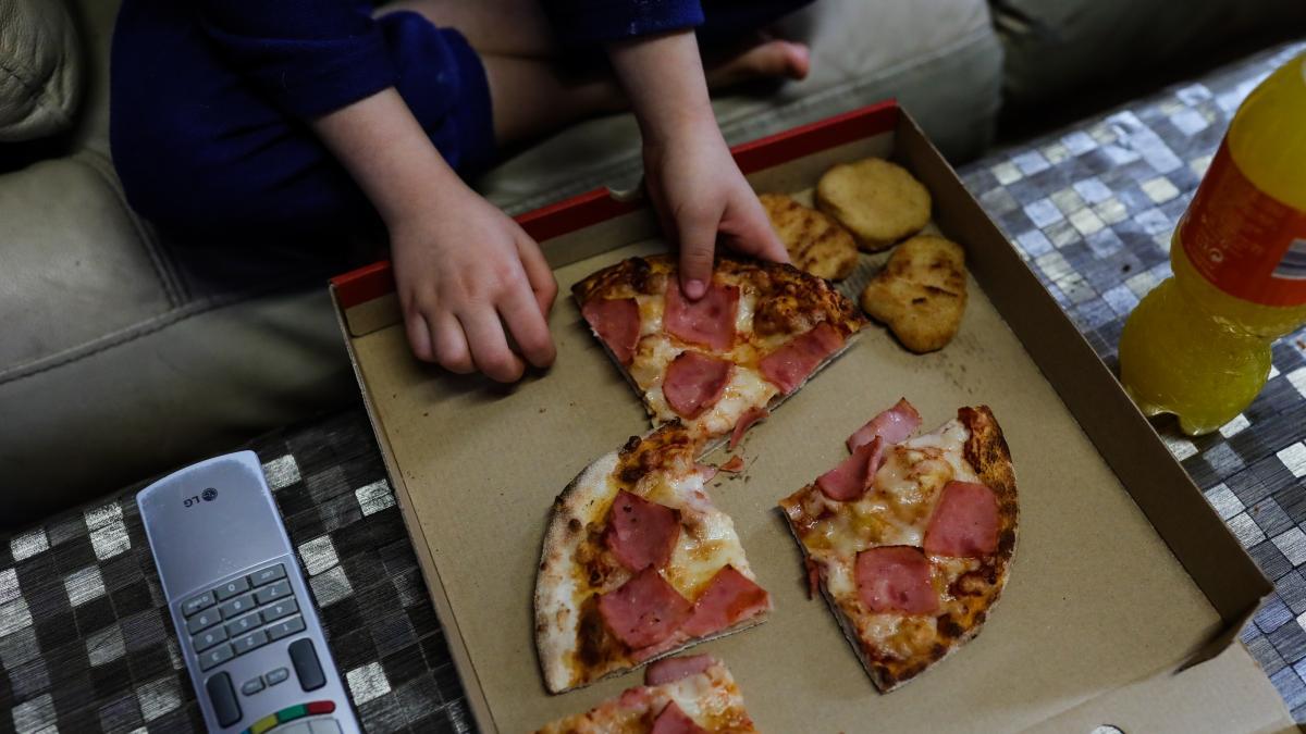 Vídeo: No le dejan pedir pizza en el autoservicio por no tener coche, así que volvió montado en uno de juguete