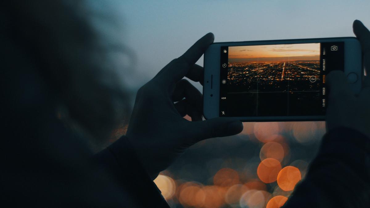 Muere una joven de 28 años al caer desde una azotea de Barcelona en la que se hacía 'selfies' con unas amigas