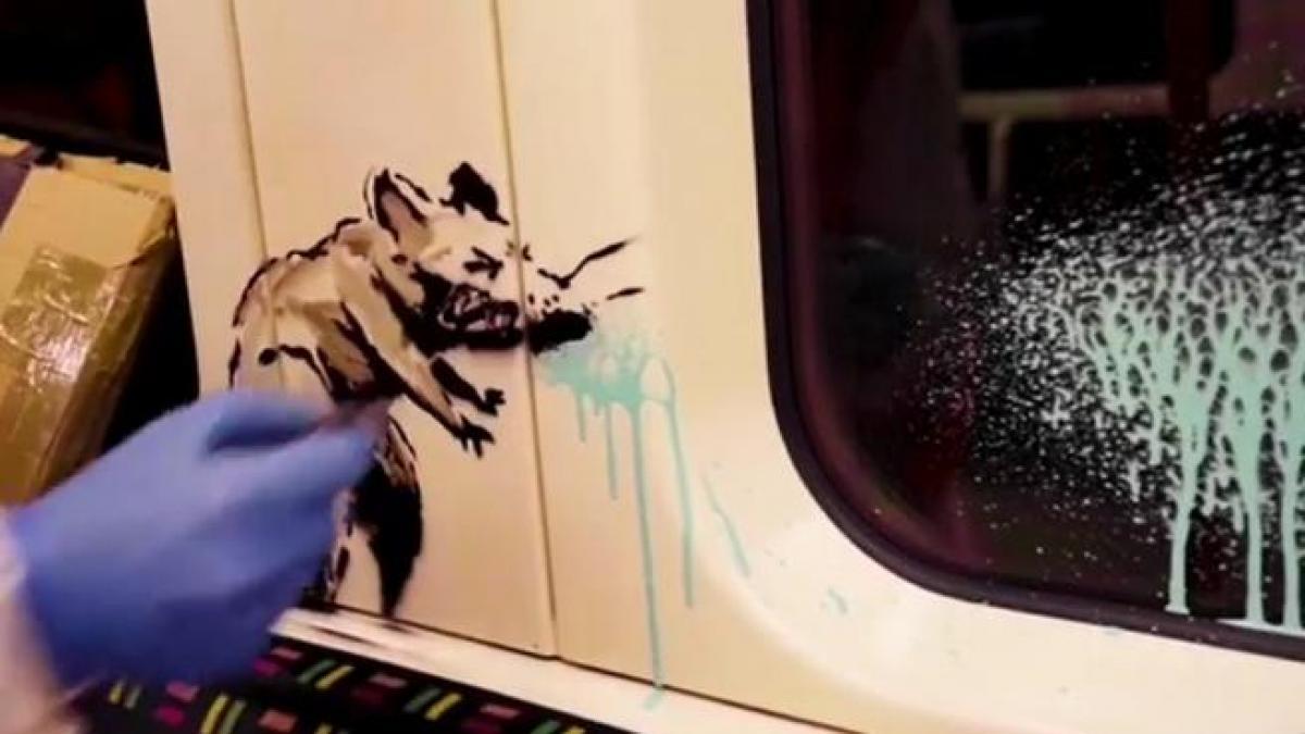 El metro de Londres elimina la obra de Banksy en un vagón con la que reivindicaba el uso de mascarilla