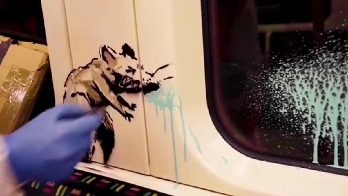 Banksy se expone y dibuja en el metro de Londres para concienciar sobre el uso de la mascarilla