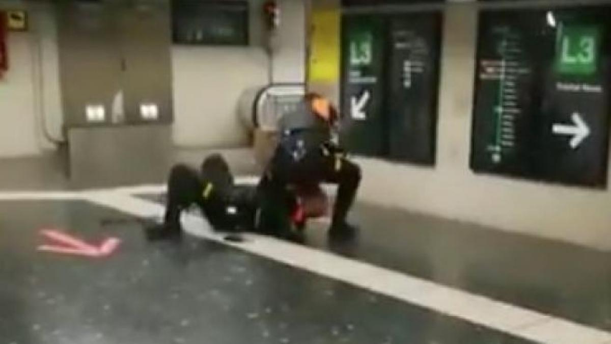 Dos vigilantes del metro de Barcelona se pelean en el vestíbulo de la línea 3 en la estación de Plaza España